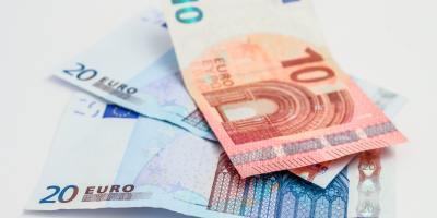 Kaksi kahdenkymmenen euron seteliä ja yksi kymmenen euron seteli.