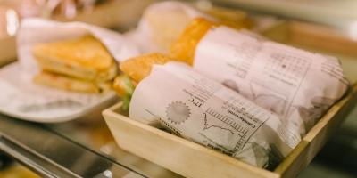 Täytettyjä leipiä tarjottimella.