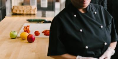 Nainen seisoo keittiön työpöydän vieressä.