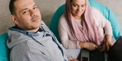 Mies ja nainen katsovat kameraan.